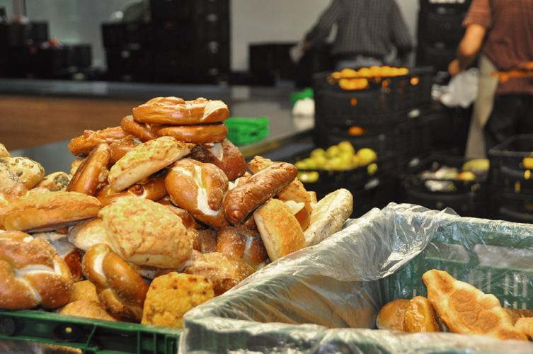 Produkte Der Bäckerei Fahland Türmen Sich Im Bereich Der Backwaren.