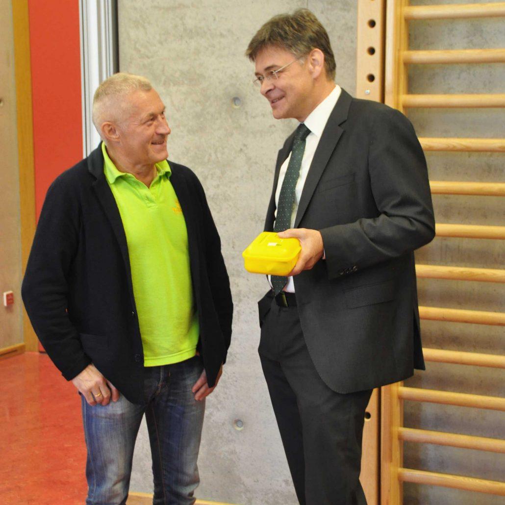 Geschäftsführer Frank Fahland Im Gespräch Mit Pfarrer Matthias Fichtmüller.